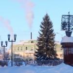 Торговая площадь зимой с елкой